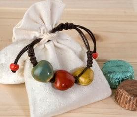 Pulsera en bolsita de saco con bombones para regalar a las mujeres