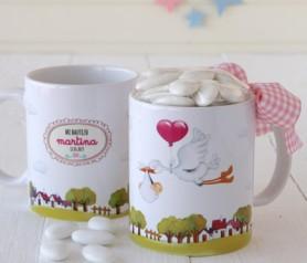 Taza cerámica cigueña con caramelos para personalizar como detalle de bautizo para los invitados