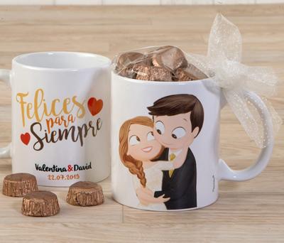 Taza novios decorada con bombones y lazo y con posibilidad de personalización como regalo para los invitados de la boda