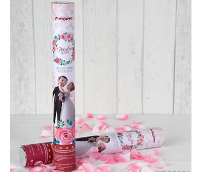 cañón de pétalos para celebrar el matrimonio a la salida de la iglesia