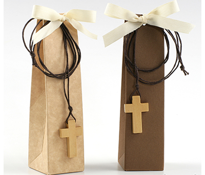Estuche colgante cruz con 2 torinos en marrón o beige para invitados de comunión