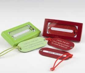 Identificador de maletas verde o rojo con caja de regalo como detalle para invitados