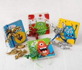 Libreta monstruos tapas de madera con 3 caramelos como Detalle de Comunión para invitados