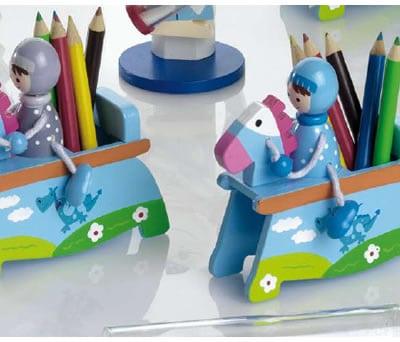 Caballero en caballo de madera con lapiceros de colores original detalle para los niños de la comunión o para fiestas infantiles