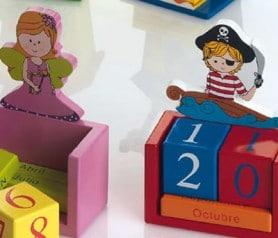 Calendario perpétuo madera hadas o piratas como regalo de cumpleaños o de comunión o bautizo para los niños invitados