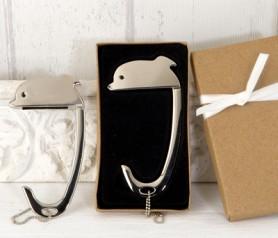 Cuelga bolsos delfín en caja kraft como detalle para las invitadas de tu boda