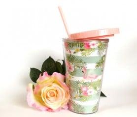 Original vaso con pajita con detalles de flamencos como obsequio para las mujeres invitadas