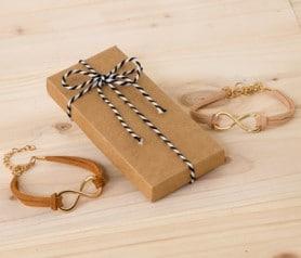 Pulsera infinito en colores marrones en caja de regalo como detalle para las mujeres invitadas a bodas y comuniones
