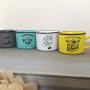 Tazas de café con originales mensajes como detalle para los invitados.fw