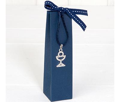 Colgante cáliz de Strass en estuche con 2 bombones como regalo para invitados de comunión