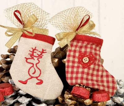 Calcetines colgantes con bombones para decorar el árbol de navidad
