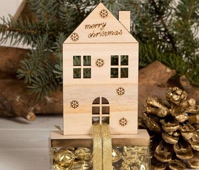 Casa navideña de madera con bombones como regalo e navidad