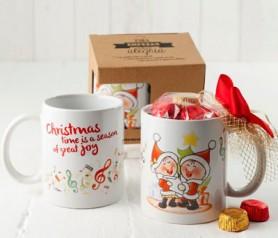 Taza cerámica navideña niños cantanto villancicos con bombones como regalo de navidad