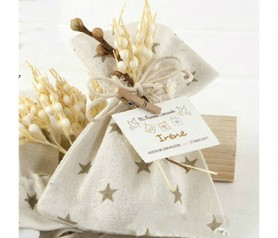 Bolsa de algodón con estrellas beige con espigas con 5 peladillas de chocolate como detalle para invitados de comunión o bautizo