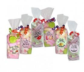 Bolsas de golosinas con frases divertidas como detalle infantil para los invitados a tu boda o comunión