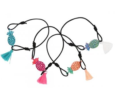 Pulsera con piña y pompón como detalle para las niñas o mujeres invitadas a boda o comunión