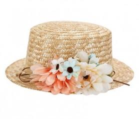 Sombrero canotier con cinta y flores como complementos para la invitadas a tu boda