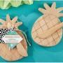 Tabla de quesos con esparciador en forma de piña. Original detalle de boda para tus invitados