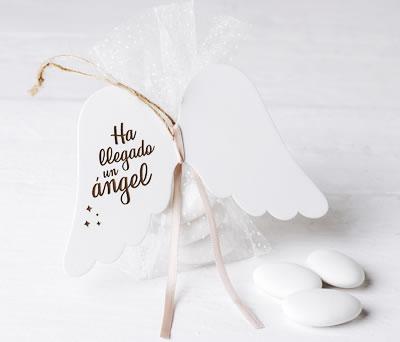 Alitas de madera con grabación Ha llagado un ángel con peladillas como detalle de bautizo