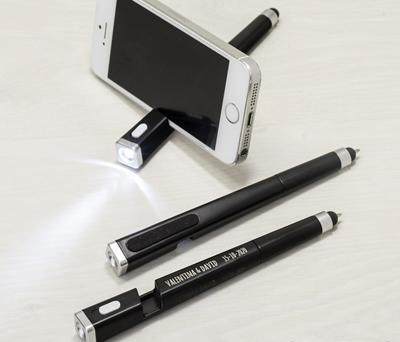 Bolígrafo multiusos con linterna y sujetamovil como detalle de boda para los hombres color negro