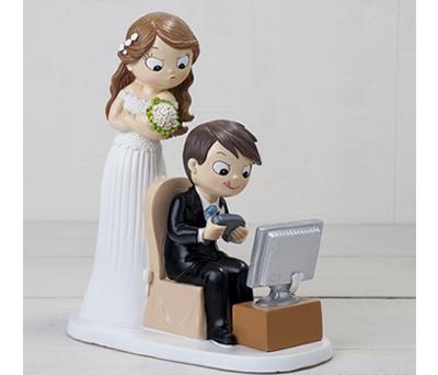 Divertida figura de novios novio jugando a videojuego para el pastel de boda