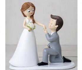 Divertida figura de novios pedida de mano para el pastel de boda
