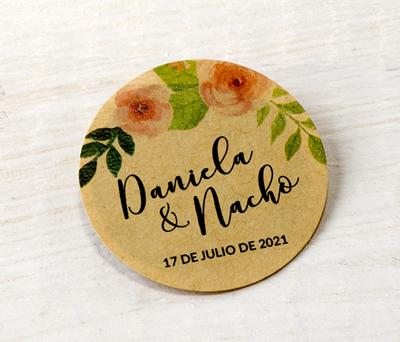 Etiqueta adhesiva flores rosas kraf personalizable con vuestros nombres y fecha para decorar los detalles de boda