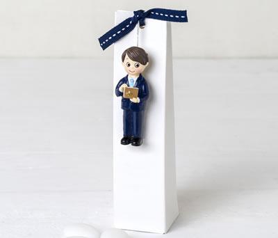 Imán comulgante niño con caja y peladillas como detalle de comunión