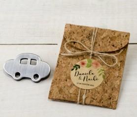 Imán de metal coche en estuche de corcho como detalle para los invitados a la boda o comunión