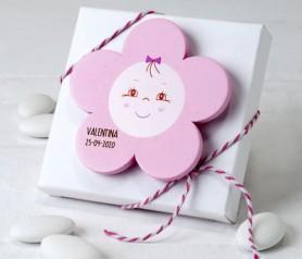Imán madera flor rosa en caja con peladillas como detalle de bautizo