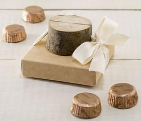 Marcasitios o portafoto tronco madera en estuche con bombones como detalle de boda
