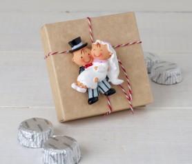 Novios imán en cajita kraft con bombones como regalos a los asistentes de tu boda