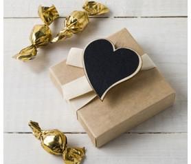 PINZA CORAZÓN NATURAL DE PIZARRA ESTUCHE CON CHOCOLATE como detalle para los invitados de tu boda