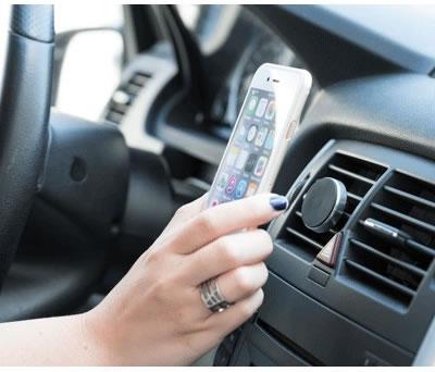 Soporte magnético para sujetar el teléfono móvil en el coche para uso manos libres como detalle de boda u otros eventos