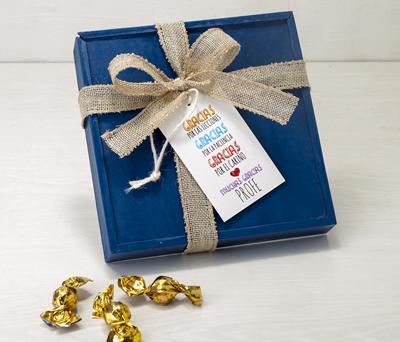caja con bombones y tarjeta de regalo para la mejor profesora del año como detalle de fin de curso