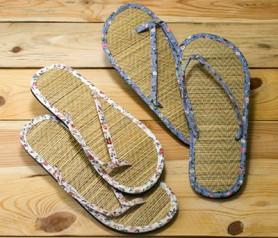 chanclas flip flop con florecitas como completmento para las invitadas a la boda