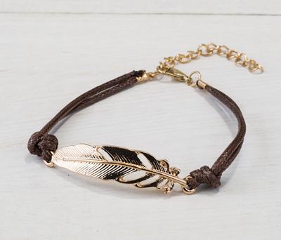 pulsera pluma dorada como detalle de boda para las mujeres de la boda