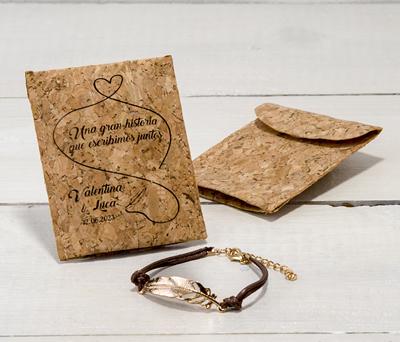 pulsera pluma dorada con sobre de corcho personalizado como detalle de boda para las mujeres de la boda