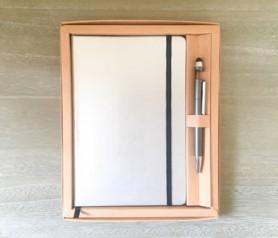 Set libreta metalizada plata con bolígrafo puntero sujeta móvil en caja kraft personalizable para bullet journal como detalle de boda o merchandising