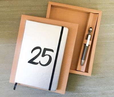 Set libreta y bolígrafo 25 aniversario bodas de plata en caja de regalo como detalle para invitados