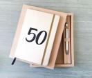 Set libreta y bolígrafo 50 aniversario bodas de oro en caja de regalo como detalle para invitados presentación abierta