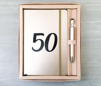 Set libreta y bolígrafo 50 aniversario bodas de oro en caja de regalo como detalle para invitados
