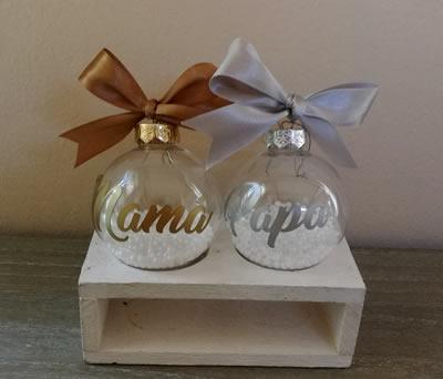 Bolas de navidad personalizadas con el nombre de Mamá y Papá como detalle de navidad para colgar en el árbol