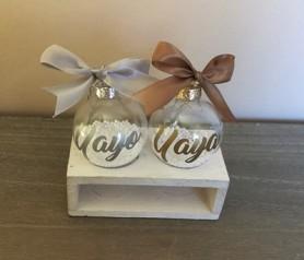 Bolas de navidad personalizadas con el nombre de Yayo y Yaya como detalle de navidad para colgar en el árbol