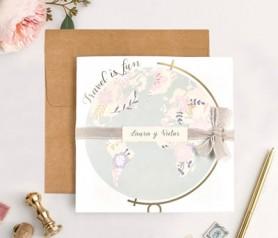 Elegante invitación bola del mundo en tonos pastel para temática viajera