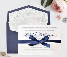 Elegante invitación con lazo y sobre azul y diferentes forros de sobre