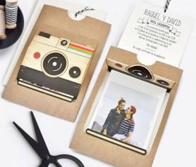 Invitación cámara polaroid con foto de novios e información del enlace