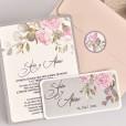 Invitación con sobre rosa, tarjeta de confirmación e invitación a juego de estilo floral