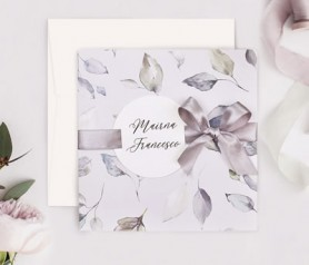 Invitación de boda hojas color morado con etiqueta personalizada en la portada y lazo en la gama de color