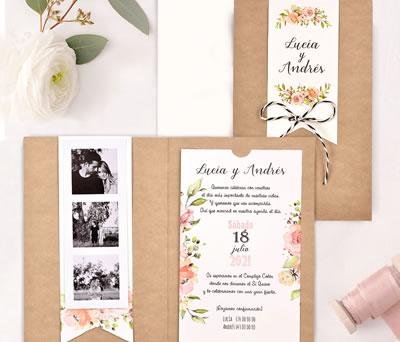 Invitación de boda kraft con fotos polaroid de los novios